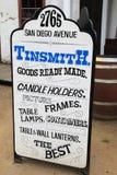 Sinal brilhante, colorido que anuncia o Tinsmith Shop, cidade velha San Diego, Califórnia, 2016 Imagens de Stock