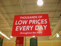 Sinal brilhante vermelho grande da compra da venda de varejo Foto de Stock Royalty Free