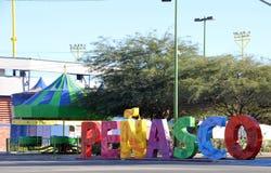 Sinal brilhantemente colorido na entrada a, Puerto Penasco, México fotos de stock royalty free