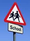 Sinal britânico da borda da estrada da escola. Fotografia de Stock