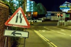 Sinal BRITÂNICO dos Roadworks dos estreitos de estrada da opinião da noite fotos de stock royalty free