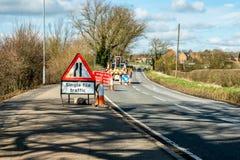 Sinal BRITÂNICO dos Roadworks dos estreitos de estrada da opinião do dia imagem de stock