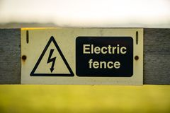 Sinal: Cerca elétrica Fotografia de Stock Royalty Free