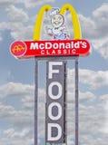 Sinal clássico do alimento do restaurante de McDonald's imagens de stock