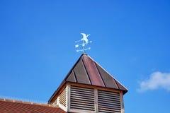 Sinal colorido da previsão da casa & de tempo com céu azul fotos de stock royalty free