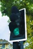 Sinal com cor verde na rua da cidade imagem de stock royalty free