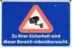 Sinal com a inscrição alemão: Para sua segurança, esta área é monitorada pelo vídeo imagens de stock