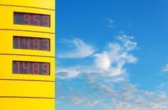 Sinal com preços de gás Imagem de Stock Royalty Free