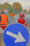 Sinal com a seta aos roadworks Imagem de Stock