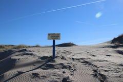 Sinal com toegang holandês de Verboden do texto que não significa no inglês nenhuma admissão da autoridade de água Delfland nas d fotografia de stock