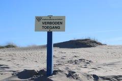 Sinal com toegang holandês de Verboden do texto que não significa no inglês nenhuma admissão da autoridade de água Delfland nas d fotos de stock