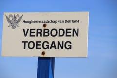 Sinal com toegang holandês de Verboden do texto que não significa no inglês nenhuma admissão da autoridade de água Delfland nas d fotografia de stock royalty free