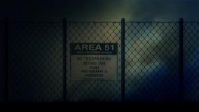 Sinal da área 51 em uma cerca do metal em uma noite tormentoso ilustração do vetor