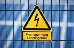 Sinal da alta tensão do perigo elétrico do perigo foto de stock royalty free