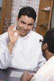 Sinal da APROVAÇÃO de Showing do optometrista ao paciente Imagem de Stock