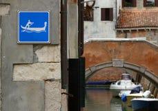 Sinal da atenção às gôndola no canal em Veneza fotos de stock