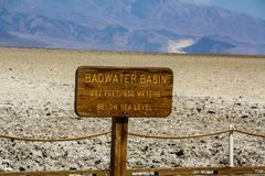 Sinal da bacia de Badwater, o Vale da Morte, Nevada Imagem de Stock