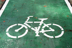 Sinal da bicicleta na estrada Imagens de Stock Royalty Free