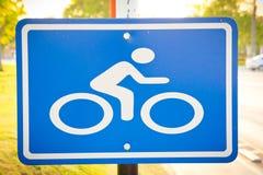 Sinal da bicicleta na maneira Fotografia de Stock Royalty Free