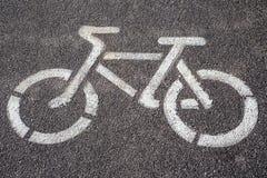 Sinal da bicicleta no trajeto da bicicleta Fotografia de Stock Royalty Free