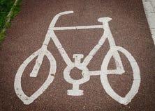 Sinal da bicicleta pintado no asfalto da estrada Fotografia de Stock Royalty Free