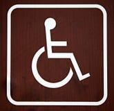 Sinal da cadeira de rodas de Brown Fotografia de Stock Royalty Free