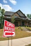 Sinal da casa aberta na frente de uma HOME Fotografia de Stock Royalty Free