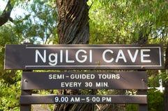 Sinal da caverna de Ngilgi fotos de stock