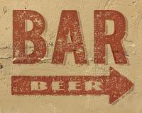 Sinal da cerveja da barra no lado da construção pintado foto de stock