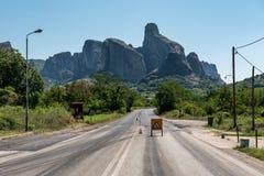Sinal da construção de estradas na maneira às montanhas imagens de stock