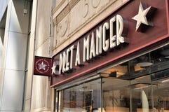 Sinal da entrada com nome e logotype do alimento natural popular e da corrente orgânica 'Pret da cafetaria um comedoiro ' Manhatt imagens de stock royalty free