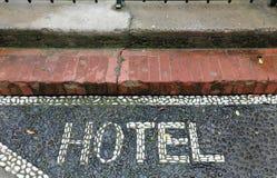 Sinal da entrada do hotel na terra Imagens de Stock