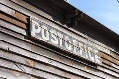Sinal da estação de correios do país Imagens de Stock