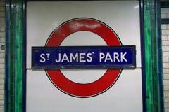 Sinal da estação do parque do ` s de St James, Londres imagem de stock royalty free