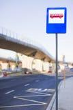 Sinal da estação de autocarro Imagens de Stock