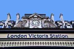 Sinal da estrada de ferro/estação de autocarro de Victoria imagem de stock