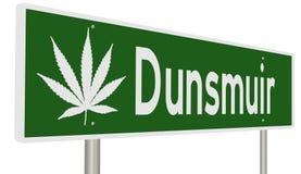 Sinal da estrada para Dunsmuir Califórnia com folha da marijuana Imagens de Stock Royalty Free