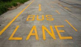 Sinal da faixa do ônibus na estrada Imagem de Stock