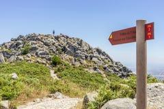 Sinal da fuga de Foia que aponta à picareta a mais alta do Algarve, Portugal imagem de stock