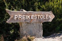 Sinal da fuga de Preikestolen Imagens de Stock Royalty Free