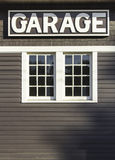 Sinal da garagem na parede de madeira Fotografia de Stock