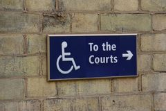Sinal da inabilidade para o acesso da cadeira de rodas da corte Fotos de Stock Royalty Free