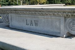 Sinal da lei cinzelado na pedra Fotos de Stock