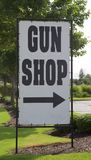 Sinal da loja de arma Foto de Stock Royalty Free