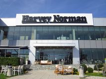 Sinal da loja de Harvey Norman em uma constru??o imagem de stock
