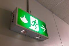 Sinal da luz da saída de emergência Fotografia de Stock Royalty Free
