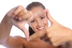 Sinal da mão do frame do dedo do divertimento pela menina feliz do adolescente Fotos de Stock
