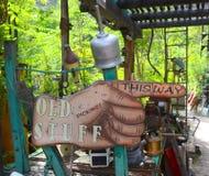 Sinal da mão que aponta a maneira às antiguidades Fotografia de Stock Royalty Free
