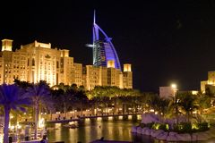 Sinal da noite de Dubai Fotos de Stock Royalty Free