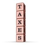 Sinal da palavra dos impostos Pilha vertical de Rose Gold Metallic Toy Blocks Imagens de Stock